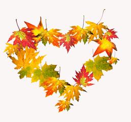 Liebe zum Herbst: Herz aus bunten Herbstblättern
