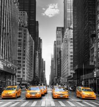 Fototapete - Avenue avec des taxis à New York.