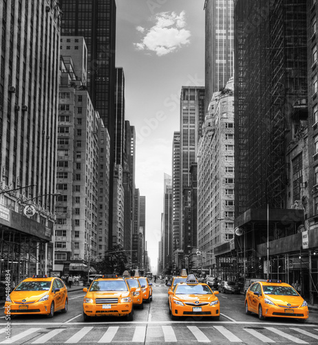 Aluminium New York Avenue avec des taxis à New York.
