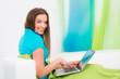 junge frau erledigt ihren einkauf via internet