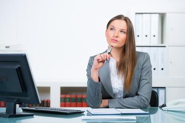 nachdenkliche junge businessfrau