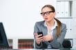 geschäftsfrau tippt eine nachricht auf ihrem smartphone