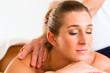 Frau erhält eine Wellness Massage