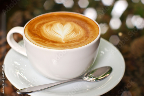 Kawa cappuccino lub latte o kształcie serca