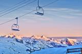 Fototapety Lever du soleil sur les Alpes, remontée mécanique