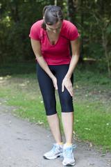 Frau hat Krampf beim Joggen