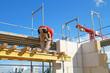 Bauarbeiter auf Holzverschalung