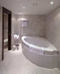 bathroom with corner bathtub
