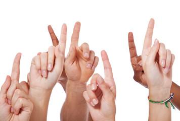 Viele Hände zeigen mit dem Finger nach oben