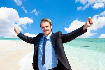 erfolgreicher businessmann am strand