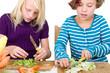 Mädchen schneiden Gemüse