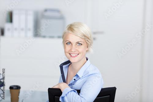 motivierte junge geschäftsfrau