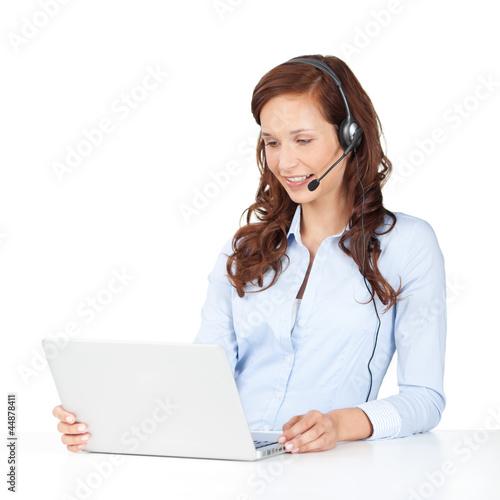 lächelnde frau mit laptop und headset