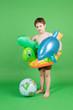 Junge mit Badesachen