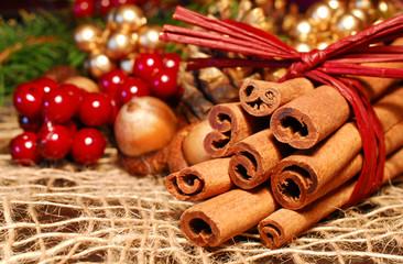 Weihnachsdekoration mit Zimtstangen und Eicheln