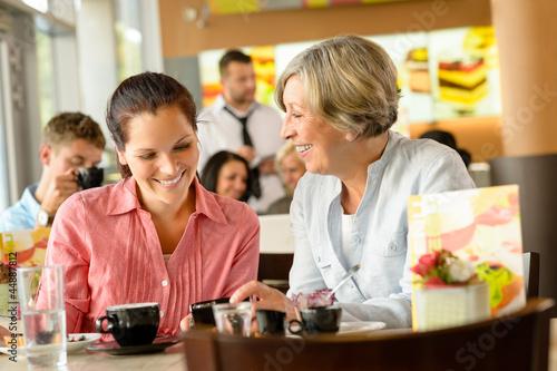 Matka i córka relaks w kawiarni