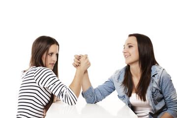 weibliche teenager beim armdrücken
