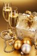 sekt mit weihnachtsgeschenk und christbaumkugeln