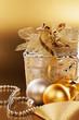 canvas print picture - weihnachtsgeschenk mit christbaumkugeln