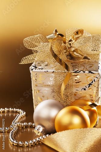 canvas print picture weihnachtsgeschenk mit christbaumkugeln