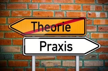 Wegweiser auf Ziegelsteinwand mit Theorie und Praxis