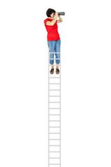 Frau steht auf der Leiter und schaut durch das Fernglas