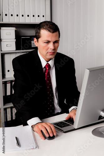 Geschäftsmann im Büro mit Computer