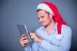 mann mit tab und weihnachtsmütze
