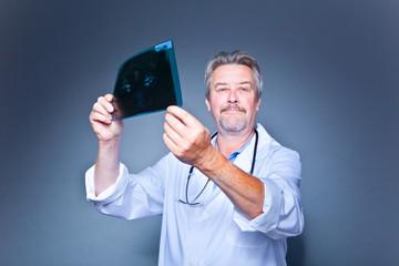 Unfall Arzt mit Röntgenbild
