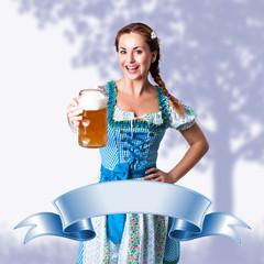 junge brünette Frau im Trachtenkleid mit Bierkrug