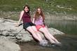 Junge Frauen entspannen am See
