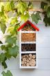 Insektenhotel an Gartenhaus