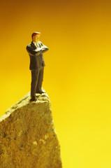 岩の上に立つビジネスマン