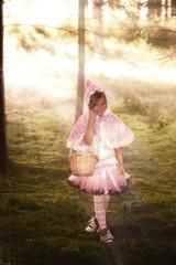 Rosakäppchen geht durch den Wald