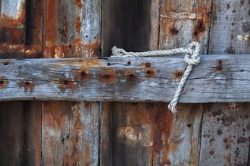 风化的木船地板和绳索