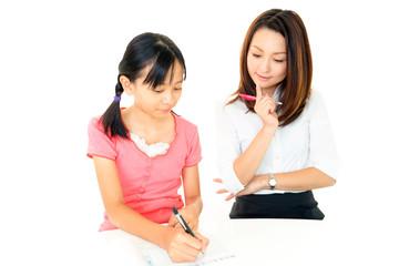 勉強に励む女の子+先生
