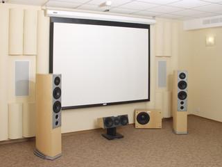 Домашний кинотеатр, проекционный экран.
