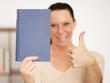 junge Frau mit Buch in der Hand