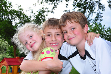 Drei Kinder zusammen
