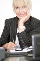 ältere Geschäftsfrau arbeitet