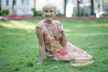 fröhliche Rentnerin macht Pause
