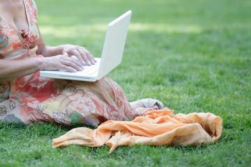 mit Laptop im Park