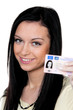Frau mit Autoschlüssel und Führerschein. Fahrprüfung