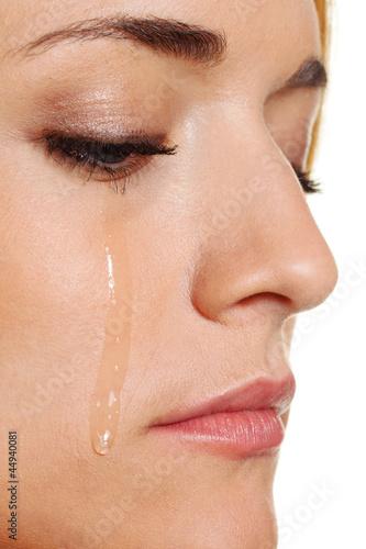 Traurige Frau weint Träne