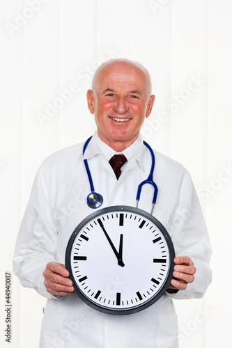 Arzt mit Uhr 5 vor 12
