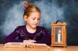 Kind mit Buch und Laterne in der Adventzeit