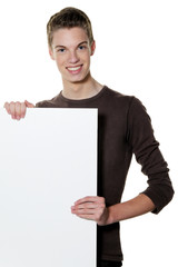Junger Mann mikt leerem Plakat