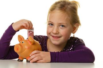 Kind mit Sparschwein. Euroschein sparen