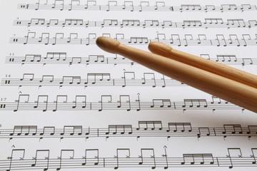 Drumsticks vor Noten
