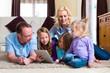 Familie spielt mit dem Tablet computer daheim